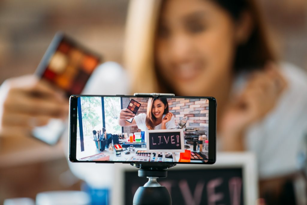 , Vlogging Makes a Comeback with a Twist, Fast Marketing Minute